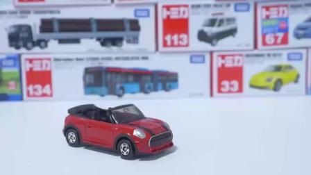 彩色的汽车和托马斯玩的很快乐, 趣味儿童玩具汽车