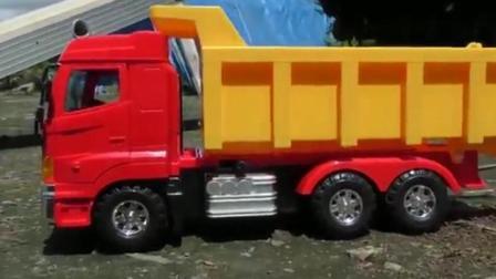 汽车总动员之挖掘机和大卡车表演玩具动画视频2