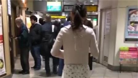 街拍: 白色休闲裤搭配粉色上衣的美女。日本妹子好时尚