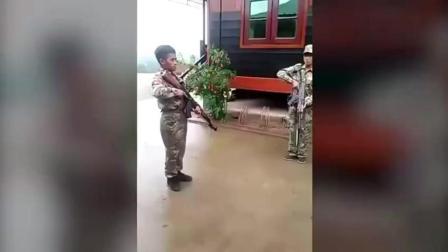 就这换弹夹的速度, 在中国连个红包都抢不到