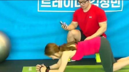 美人瑜伽: 教练让她歇会呢, 不停的练习谁都受不了