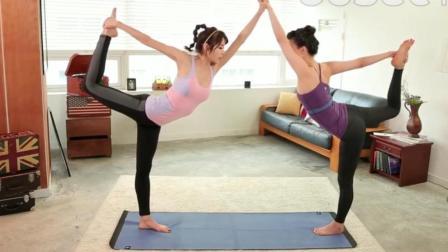 美人瑜伽: 明显可以看出, 谁是专业的健身教练, 抬的高度不一样