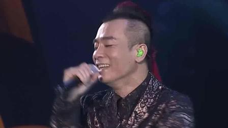 陈小春演唱会《相依为命》台下 应采儿飞吻示爱