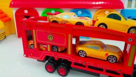 彩色的赛车总动员的小赛车正在乘坐运输车