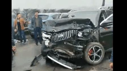 内宜高速四大队辖区岷江二桥路段发生一起货车追尾8台小车的交通事故