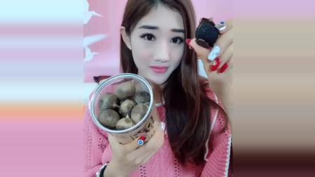她吃的是黑色的大蒜, 看她是怎么吃的?