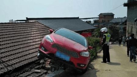 一家人午夜正睡觉, 屋顶突然落下一辆越野车
