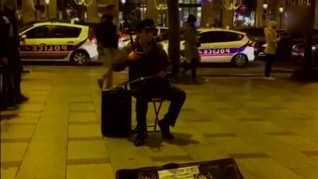 中国老汉在巴黎街头二胡演奏《梦驼铃》听醉了!