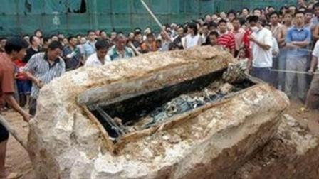 考古队用铁锹都撬不开这具棺材, 专家一看说这里面有问题啊