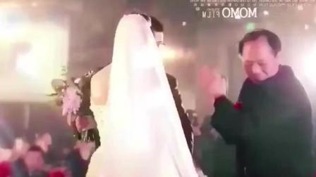 婚礼上父亲对女婿说了一席话, 新娘当场给父亲跪下, 那一刻全场泪奔!