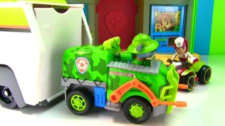 汪汪队立大功的小狗崽在一起玩耍, 开心的儿童玩具