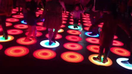 儿童游玩互动地灯