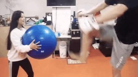 韩国女高中生参加搏击比赛, 曾让刘在石求饶, 却被崔洪万踢飞!