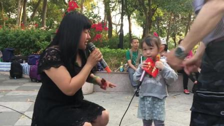 香港3岁女孩街头献唱, 一曲《红尘情歌》听得心酸!