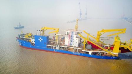 这艘目前亚洲最大的挖泥船, 上边写着中国制造!