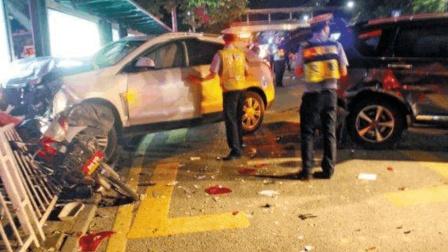 女司机撞了车拒绝下车, 下身没穿衣服, 才明白事故的原因