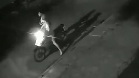 电瓶车女司机酒后回家, 偷偷摸摸停在路边, 监控拍下她俩不齿瞬间