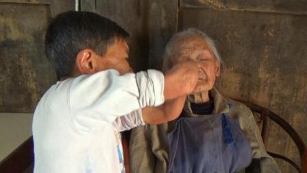 太感人了! 四川峨眉山身高不足1米女儿, 照顾105岁母亲