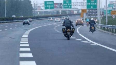 车主一句话, 惹摩托车骑手生气了, 一把油门才知道摩托有多强悍