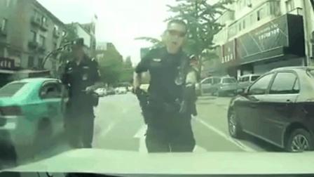 特警设卡拦车检查, 跑车司机一脚油门加塞, 这回特警可不惯着他