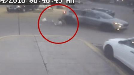 勇敢 大胆歹徒当街劫车 11岁女孩跳车逃脱