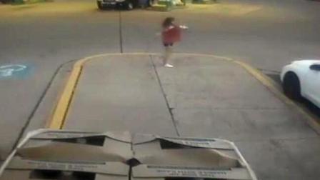 监拍:大胆歹徒劫车 后座11岁女孩跳车逃跑