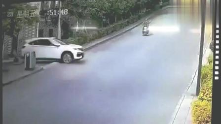 监控中的小轿车往草坪驾驶, 失去控制了么