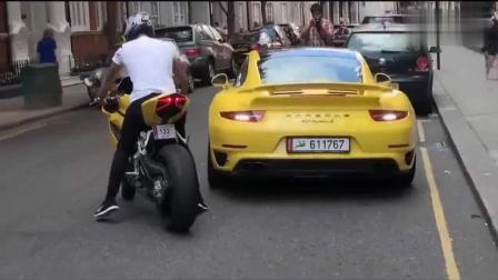 小伙骑摩托车撞上保时捷911, 这逃跑技能我给满分!