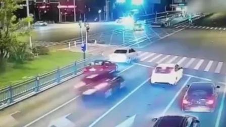 轿车路口疾驰转弯失控 猛撞