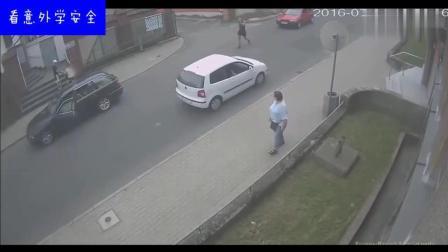男子去挑衅红色汽车, 但是红色汽车司机也不是好惹的