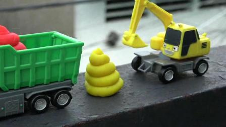 彩色的巴士汽车在玩滑梯游戏, 有趣的儿童玩具