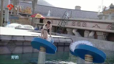 美女勇敢闯关不料第一关后就落水, 不过救生员之后动作让人羡慕