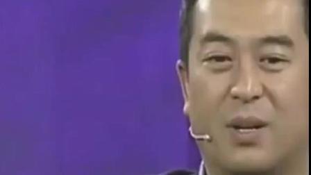 张嘉译走红毯竟带了包烟, 难怪宋佳会当面这么评论他, 网友: 不亏