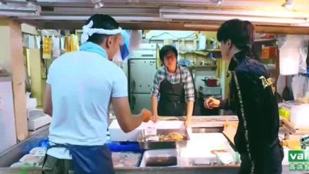 薛之谦日本买螃蟹, 这是活的还是死的, 日语不通是这么比划的!