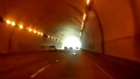 汽车穿隧道