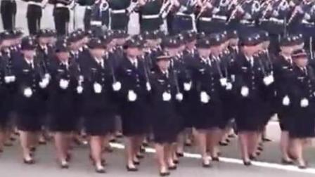 罕见的日本女兵大阅兵, 大秀弹簧步, 为什么还背一个包