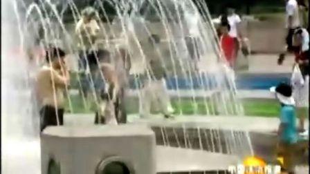市民纳凉应文明 莫把喷泉当浴室
