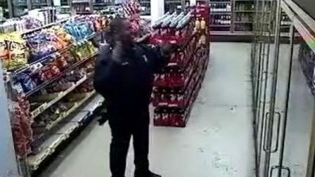 超市保安趁无人上演惊人一幕