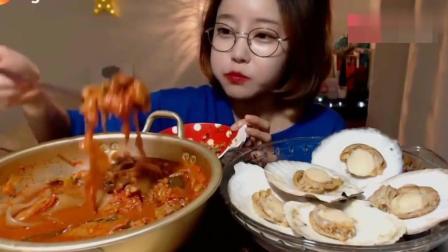 韩国美女吃泡菜炖粉和清蒸扇贝, 真的就那么好吃吗