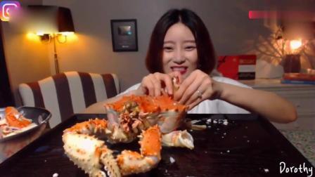 韩国妹子终于不吃泡菜了, 鲜美的帝王蟹吃起来, 一个人吃的美滋滋
