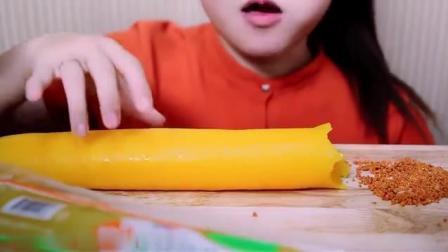 国外女吃货, 吃超大的腌萝卜, 金黄的颜色, 吃起来真脆, 太馋人了