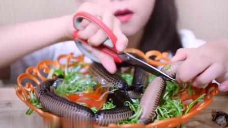 国外女吃货, 吃蛇皮香肠, 发出咀嚼声, 吃的太馋人了