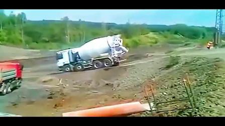 水泥罐车司机倒着爬坡, 不做就不会死呀