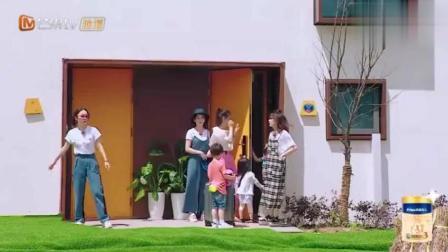 黄圣依穿高跟鞋抱咘咘下楼梯, 人美心善会办事, 难怪杨子会宠她!