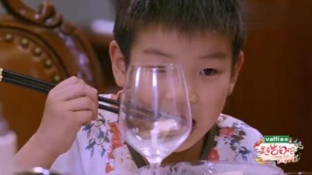 黄圣依跟婆婆吃饭, 安迪一脸宠溺, 身后的古董花瓶抢眼了!
