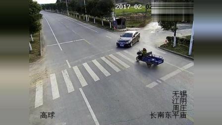 两车路口不减速就飞了出来, 刚好来个亲密接触