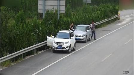 两对豪车小情侣, 高速上停车, 全城拍下他们尬的28秒