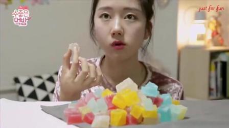 国外美女吃货, 吃五颜六色的糖果, 发出咀嚼声, 吃的太馋人了