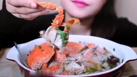 国外女吃货, 吃一碗螃蟹米粉, 发出咀嚼声, 吃的太香了, ASMR