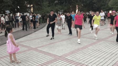 5岁小可爱学跳鬼步舞, 简单基础舞步, 广场上大叔大妈都会跳
